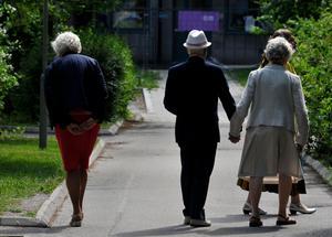 Äldre drabbas ofta hårdare av extra varma somrar. Bilden är tagen i ett annat sammanhang.Foto: Hasse Holmberg / Scanpix