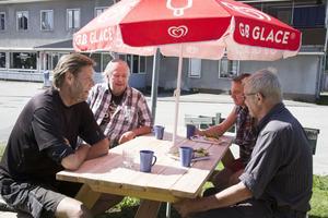 Några av de mest flitiga gästerna avnjuter en kaffe i solen.