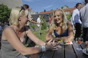 Ung Vänsters ordförande Ida Gabrielsson (till höger) ses här under Almedalsveckan i samspråk med SSU:s ordförande Jytte Guteland.