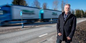 Stefan Barklund fick sin BMW översköljd av grus när han mötte långtradare på väg 66 mot Surahammar. Nu tar Trafikverket på sig kostnaden för självrisken.