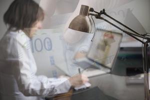 Situationen är oacceptabel. Det måste helt enkelt gå att handla med sedlar och mynt som fortfarande är viktiga betalningsmedel, skriver företrädare för Småföretagarnas Riksförbund. Bilder: Fredrik Sandberg/TT