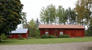 Hönshuset från tidigt 1900-tal blir Gammelhönan. Här bevarar man två fasader med det gamla timret och bygger ett nytt hus innanför stommen. Originaldörren får vara kvar och de handblåsta glasen sätts i nya bågar.