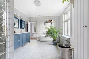 Även det fräscha badrummet har generösa ytor. Foto: Diakrit/Privatmäklaren
