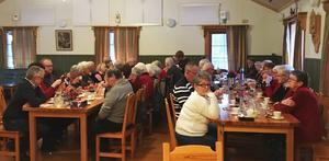 Medlemmar i PRO Mockfjärd lät sig väl smaka av kaffet efter gröten och skinksmörgåsen.