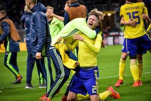 Lustig jublar efter att Sverige tagit sig vidare till VM.