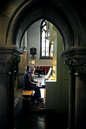 Karl Magnus Jansson, organist i Nikolai församling och en av grundarna av Örebro barock som tillsammans med Örebro kammarkör leder konsertproduktionen Bach to Örebro.
