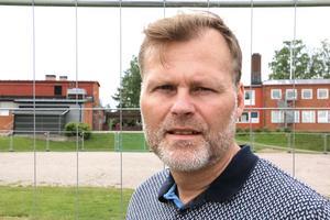 Thomas Hjelmqvist, vd för Leko och Lebo, vid grusplanen som hägnats in för att bli en tillfällig skolgård.