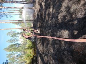 Alexander Beckeman och Mikael Sundström arbetar med att släcka det sista av branden.