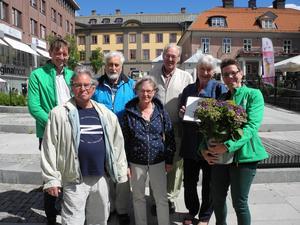 Kommunalrådet Joakim Storck, längst till vänster, och Jenny Drugge, kretsordförande delade ut C:s miljöpris för 2018. Vika-Hosjö hembygdsförening blev årets pristagare. Här representerade av, från vänster: Nils -Olov Olsson, Krister Källström, Kerstin Källström, Ivan Örtendahl och Lotta Örtendahl.