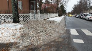 Att snön plogas upp på trottoarer gör det svår att promenera i Östersund.Foto: Privat.