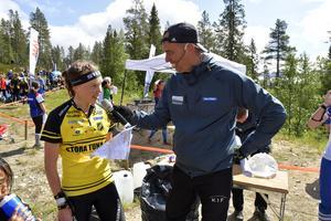 Tove Alexandersson intervjuas av Per Forsberg efter en etapp i sommarens Idrefjällvecka i orientering.