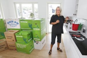 På två timmar har 122 kvadratmeter fyllts med möbler och flyttkartonger från huset i Roslagskulla. – Det är riktigt rymliga skåp och lådor i köket, det behövs, säger Elisabeth Stenberg.