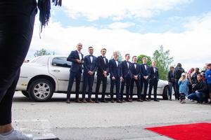 In rullade en limousin och ut vällde åtta stiliga killar, alla klädd i kostym och fluga.