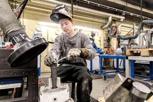 Daniel Thörnlund utbildar sig till svetsare men har fått prova på andra delar i tillverkningen på företaget för att få ett brett allmänt industrikunnande.