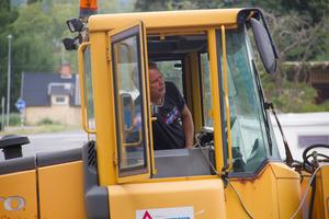 Beautytown Cruisers ordförande Roger Fridolfsson satt och körde maskinen i samband med trädfällningen.