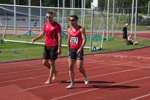 Klubbkompisarna Mikael Gerlach och Stefan Tärnhuvud stöttade varandra efter heaten.