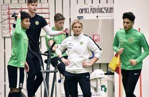 Elin Hegestrand hade fullt upp under torsdagens träning.