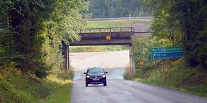 Under arbetet med att byta ut den gamla järnvägsbron kommer det att vara avstängt från riksvägen in mot Solvarbo i ungefär ett halvår.