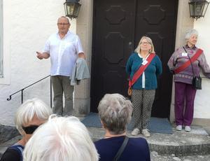 Tre guider väntade sällskapet vid Hildasholm.