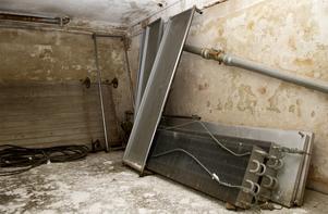 I källaren står några gamla obduktionsbänkar kvar.