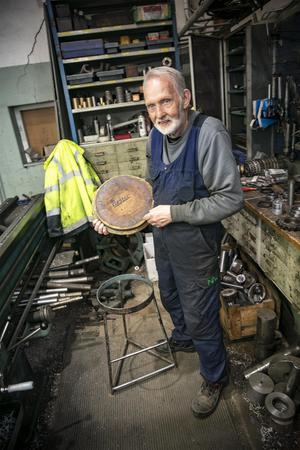 Den här pallen har Rolf ärvt av sin föregångare vid svarven, Nestor Strömqvist. Det är han som tillverkat pallen också. Och så har han satt sitt namn under sitsen.