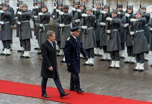 Kungen på statsbesök i Helsingfors. Med Finlands president Niinistö inspekteras hedersvakten.