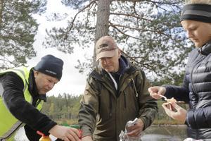 Provsmaking av rökt fisk blir det också, här med Tore Carlsson, Jan Moen som rökt fisken och besökaren Jenny Thuresson.