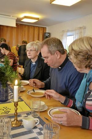 Gott. För den engelske prästen Alan Bashfoath var det första gången han åt ärtsoppa när hans församling i går besökte Skagerhults församling. Han tillhör vänstiftet, Truro. Till vänster syns Maria Ytterbrink, komminister i Skagershults församling och till höger Janet Cormack. Foto: David Hellsing