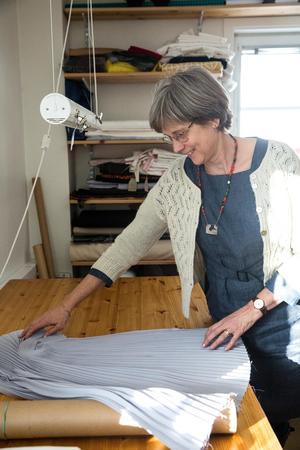 Folkdräkter är hennes huvudsyssla, men Mia Ljungström Svensdotter är också den enda i Sverige som plisserar för hand.
