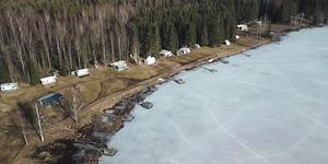 Vid sjön Mellanvålen i Skinnskatteberg finns det en camping som saknar bygglov och strandskyddsdispens. Nu agerar kommunen.