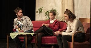 Naima Lindelöf (längst till höger) spelar Daniella, som är öppen med att hon är homosexuell. Frustrationen hänger i luften när hennes pappa inte lyssnar utan bara blir arg och avfärdar hennes tankar som inbillning.