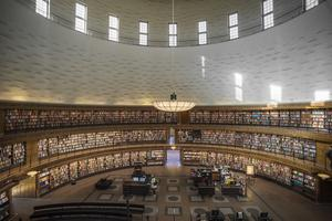 Bibliotekens litteratur behöver digitaliseras, enligt den nya nationella biblioteksstrategin. Tanken är att alla ord ska bli digitalt sökbara, vilket är en fördel jämfört med digitala system i en del andra länder där det bara är möjligt att söka hela dokument. På bild syns Stockholms stadsbibliotek. Foto: Staffan Löwstedt / SvD / TT