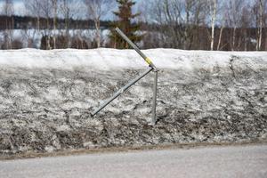 Stora skador på vägskyltar, staket med mera efter den snörika vintern.