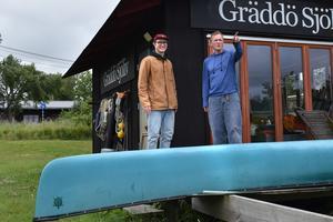 Liam och Björn Saletti tycker att det finns enklare sätt än båtskatt för att minimera fritidsbåtarnas miljöpåverkan, men tillägger att om det rör sig om en hundralapp per år så är det inte så mycket att orda om.