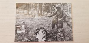 Ett fotografi som visar Göte Halvarsson tillsammans med Thure Wallner. Alla Göte Halvarssons målerier är påbörjade på plats ute i naturen.