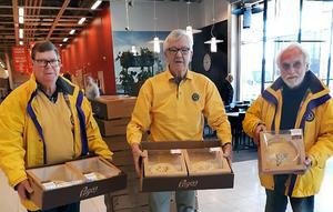 Sven-Erik Banell, Ulf Ekwall och Frank Nordhage från Lions Härnösand som svarade för den mycket uppskattade leveransen lagom till påsken.