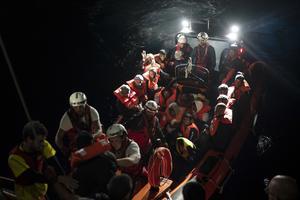 Båtflyktingar som räddats i Medelhavet som är på väg att föras över till räddningsfartyget Aquarius.
