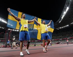 Sveriges Daniel Ståhl och Simon Pettersson firar efter diskusfinalen under sommar-OS i Tokyo. Foto Björn Larsson Rosvall / TT