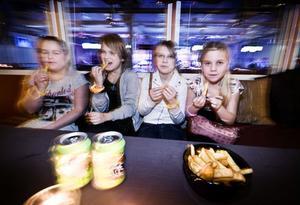 Emma Jonsson, Lovisa Thuring, Alexandra Jansson och Ida Jonsson beställer strips. De har taggat för festen nästan hela veckan. - Det har känts spännande och lite pirrigt, säger Lovisa Thuring.