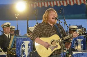 Duktig sångare. Martin Almgren bjöd på en blandad repertoar när han underhöll på sommarsaluten. Bild: Ulrika Stoetzer