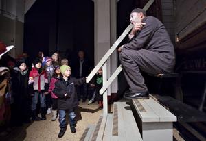 """Sexåriga Emil Mossberg från Gävle lyssnar uppmärksamt på                                                   spöket, Peter Iller, under spökvandringen. Men rädd blev han inte. """"Det är ju inte på riktigt ändå"""", konstaterade han."""