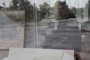 Tomma skyltfönster är något Bengt Forssén inte tycker om. Han har själv nyligen flyttat ner på gatunivå med sitt företag och finns i korsningen Hembygdsgatan/Långgatan.