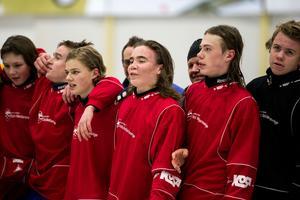 Clas Boström, i mitten på bilden, såklart stolt efter att ha avgjort.