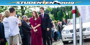 Det var trångt på gårdsplanen till Järvsöbaden när de blivande studenterna anlände till sin bal.