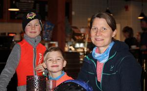 Familjen Reiz; Olof, Eskil och Susanne har åkt från Stockholm för skidpremiär och för att äta våfflor.
