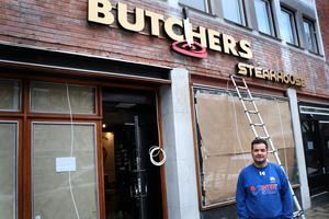 Efter 40 år med asiatisk mat byggs nu restaurangen på Södermalmstorg om till steakhouse. – Nu vänder vi till något internationellt, säger ägaren Murat Bag.