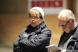 Travsportens avelschef Christina Olson och premieringsnämndens ordförande Håkan Kemi studerar en av hästarna i helgen.