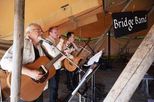 På årets program fanns en hel del musik. Här uppträder Bridge band i ett av tälten.