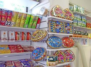 I Adrians kiosk har lösgodissortimentet kompletterats med allt från the och chips till presentförpackningar med choklad.