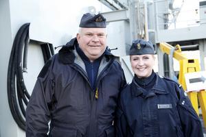 Mats Larsen, sekond (fartygets näst högsta chef), och Rebecka Signäs, kommunikatör, hälsade besökare välkomna till det minst sagt speciella räddningsfartyget som varit i Härnösand sen i fredags.